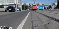 Трамвайные пути и сплошная линия