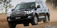 Рестайлинговый Toyota Land Cruiser 200 несется по полю